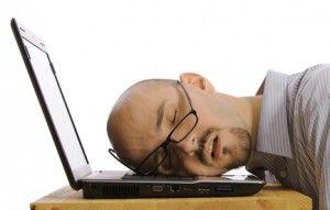 Muchmuch à fond sur son ordinateur.