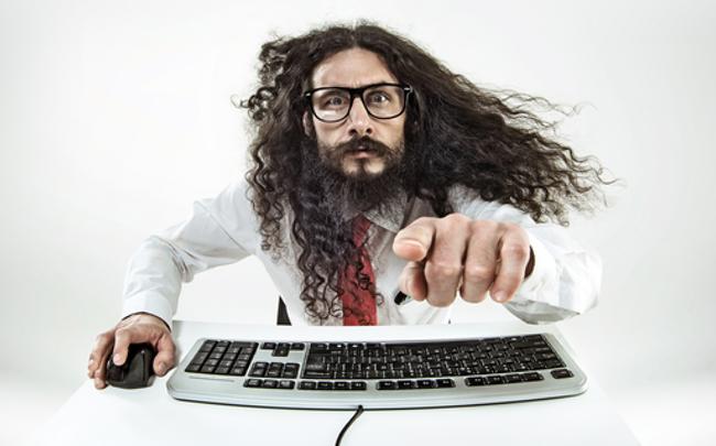 Un geek écrit un code source.