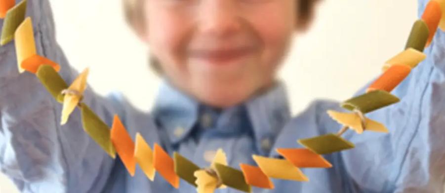 Un collier de nouilles réalisé par un enfant pour la fête des mères.
